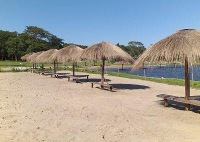 Sombrillas en la playa - Ecotur Laguna Blanca